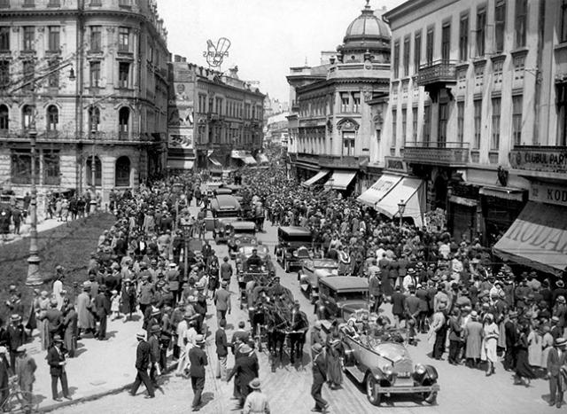 Imagine cu Calea Victoriei din Bucuresti de la inceputul anilor 1920. Photo of Bucharest Victoriei Road in the early 1920s.